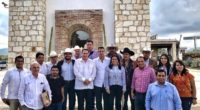 Durante una gira de trabajo, el gobernador del estado de Oaxaca Alejandro Murat Honojosa, acompañado delsecretario de Agricultura, Ganadería, Desarrollo Rural, Pesca y Alimentación (Sagarpa), atestiguaron una reunión con el […]