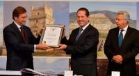 Toluca, Edomex.- Ante el Primer Ministro de Portugal, Pedro Manuel Passos Coelho, el gobernador del Estado de México, Eruviel Ávila Villegas entregó el título de concesión de la Autopista Siervo […]