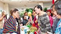 """Rodeada de platillos que se han preparado durante generaciones en los hogares de Naucalpan, la presidenta municipal, Azucena Olivares, inauguró el bazar de """"Las Cazuelas de la Abuela"""" y entregó […]"""