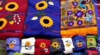 """Una gran variedad de textiles indígenas, realizados con fibras y tintes naturales, que son calificados como """"un espejo de las culturas y un saber social que va más allá […]"""